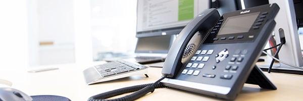 En IP telefon, også kaldet et håndsæt, sluttes til computeren så man kan tale via internettet